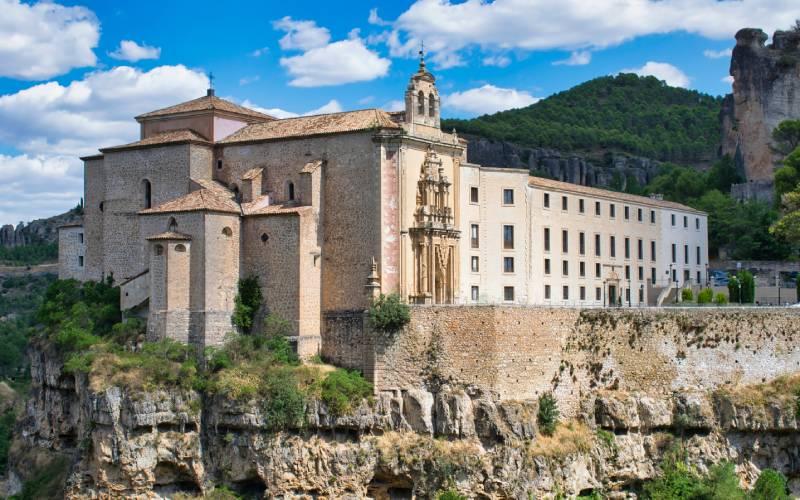 Le monastère semble suspendu dans les falaises sur lesquelles il se trouve