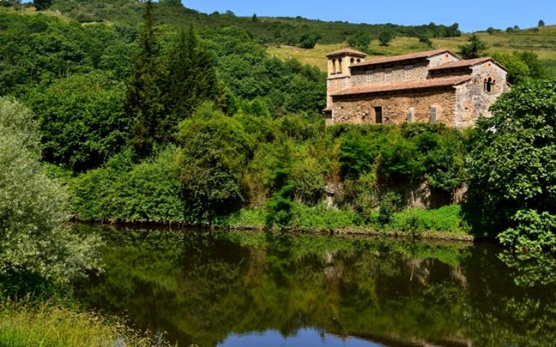 San Pedro de Nora et ses environs sur les rives du fleuve Nora