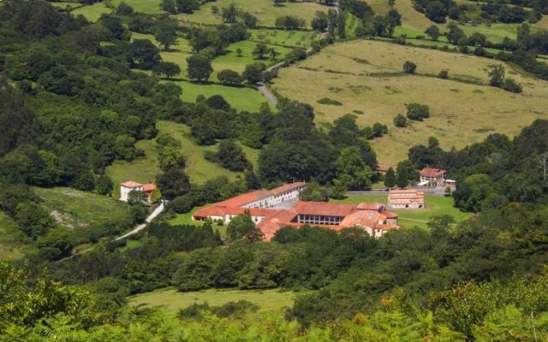Église et monastère de Santa María de Valdediós en pleine nature