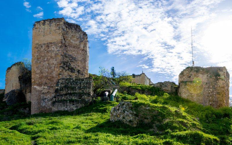 Les défauts du château de Morón de la Frontera sont visibles