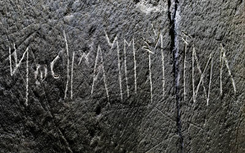 Stèle en ardoise avec des lettres tartessiennes du Musée archéologique de Cáceres