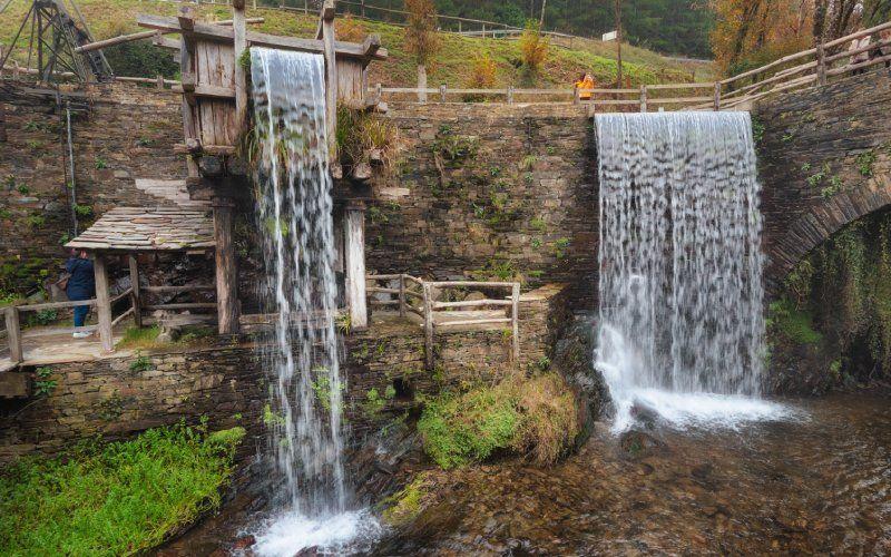 Musée du moulin à eau dans un paysage d'automne, Taramundi