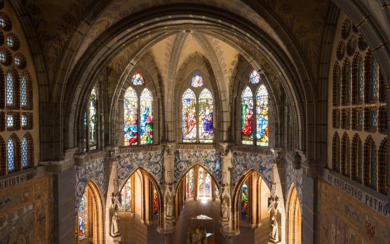 Un échantillon du style d'église qui domine l'intérieur