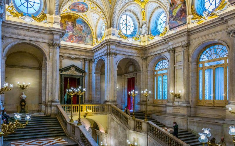 Escaliers à l'intérieur du Palais Royal de Madrid