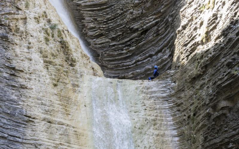 Gros plan sur la paroi du ravin, avec les rochers disposés en couches