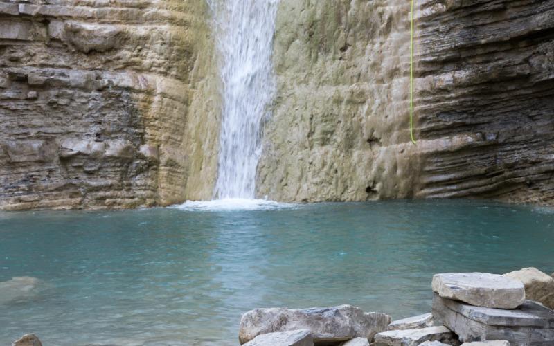 Bassin naturel formé à la fin de la chute d'eau d'Orós Bajo