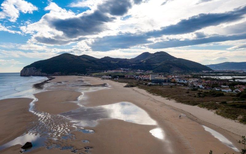 Vue panoramique de la plage de Berria à Santoña