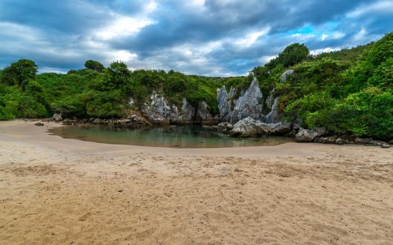 La plage de Gulpiyuri est devenue un monument naturel très apprécié dans les Asturies