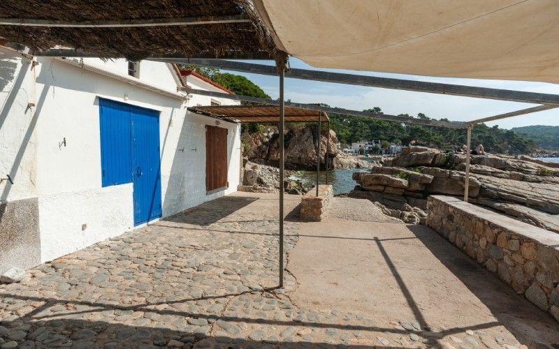 Porche d'une petite maison de la crique S'Alguer
