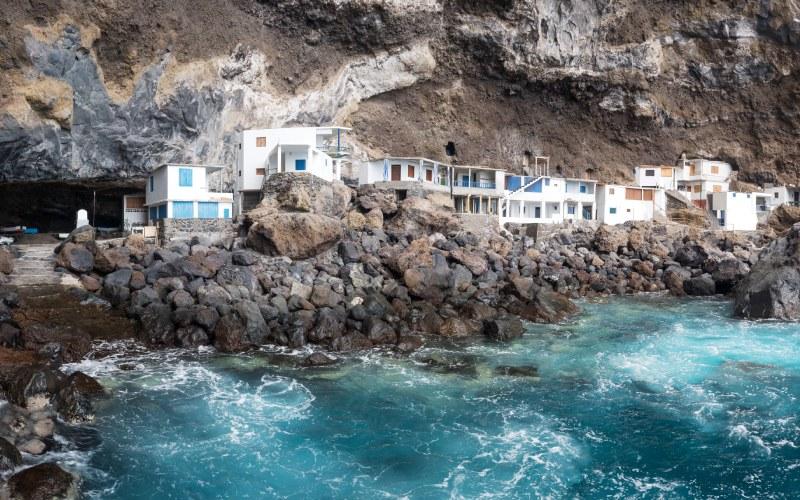 Les maisons blanches de Porís de Candelaria, entre les rochers de la grotte