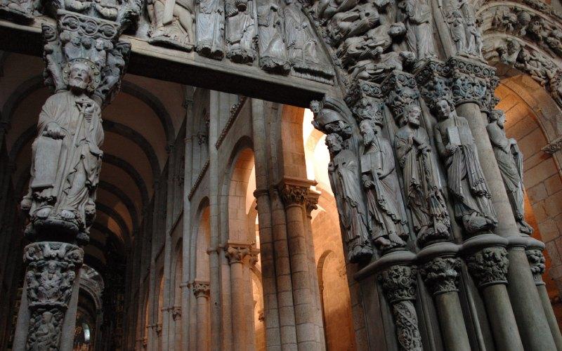 Photo de l'intérieur de la cathédrale de Saint-Jacques-de-Compostelle depuis le Porche de la Gloire