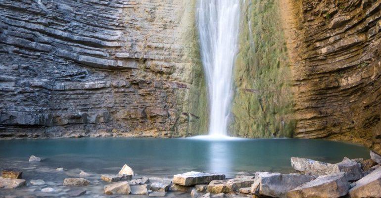 La chute d'eau d'Orós Bajo, un endroit magique dans la vallée du Tena