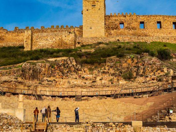 Théâtre romain de Medellín, à l'ombre d'un château et au pied d'une église