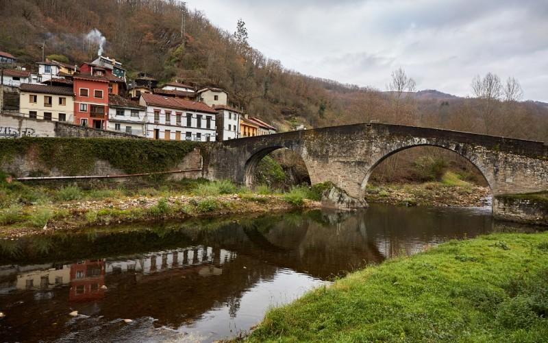 Pont El Arco sur la rivière Nalón, à Laviana