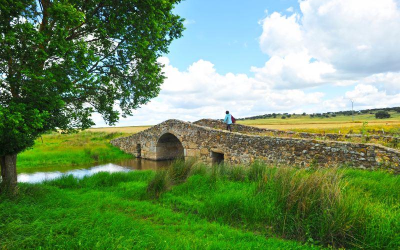 Pont médiéval de Santiago de Bencaliz, sur la Route de l'Argent en Estrémadure
