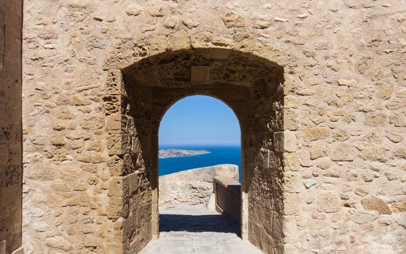 Une des portes du château donnant sur la mer