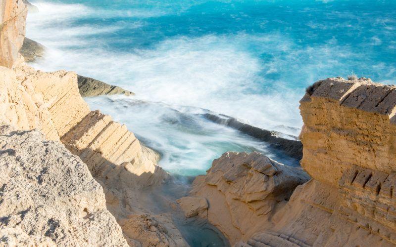 Formations rocheuses et la mer sur cette plage d'Ibiza