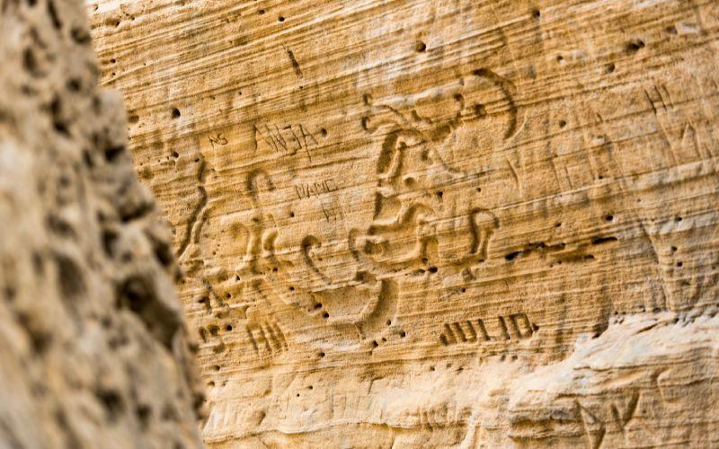 Figures sculptées dans la roche de Sa Pedrera
