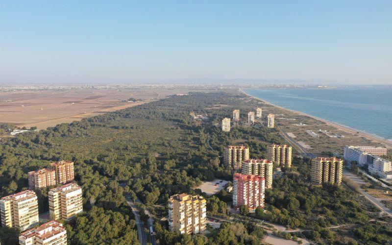 La Dehesa del Saler à Valence. À droite, la plage d'El Saler. A gauche, les urbanisations qui ont été construites