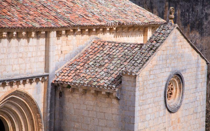 Détail du toit et de la porte d'entrée