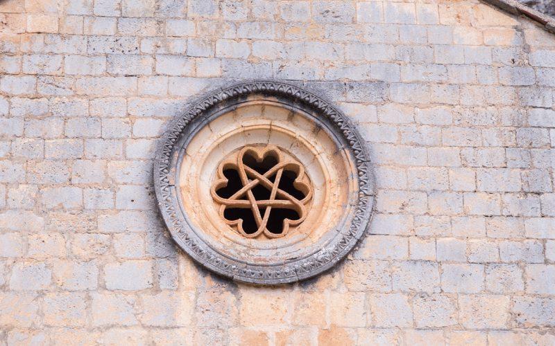 Rosette de cœurs entrelacés de la porte d'entrée de San Bartolomé d'Ucero