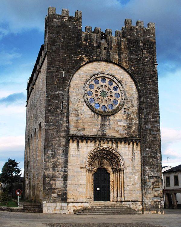 Façade de l'église de San Xoan de Portomarín