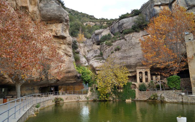 Une vue du monastère de Sant Miquel del Fai, en Catalogne, Espagne