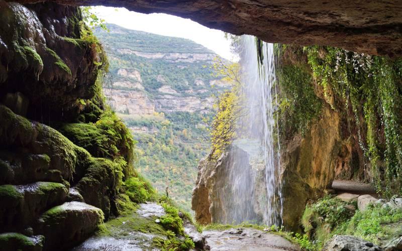 Vue du chemin qui passe derrière la cascade de la rivière Tenes