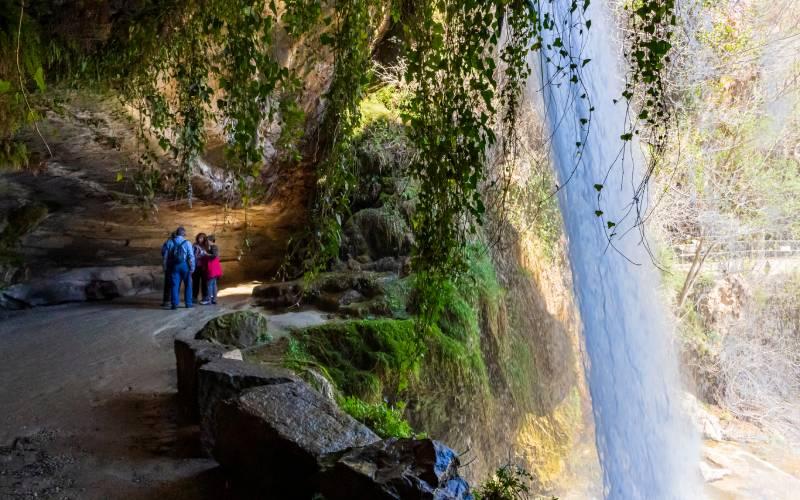 Des personnes en randonnée à Sant Miquel del Fai