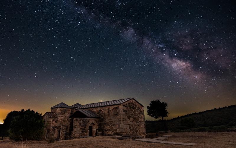 Santa Lucía del Trampal sous un ciel étoilé