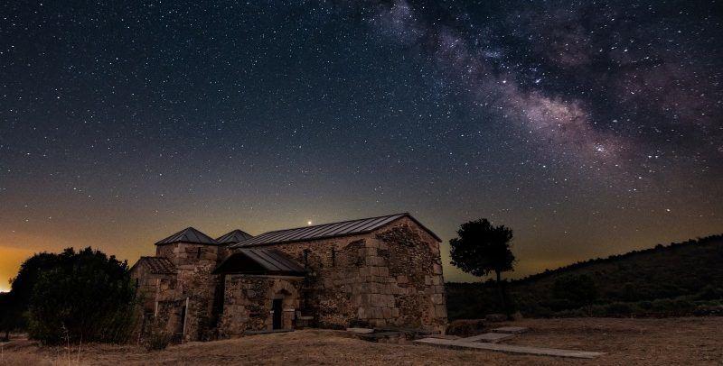 Santa Lucia del Trampal sous un ciel étoilé, l'un des rares temples wisigoths encore debout