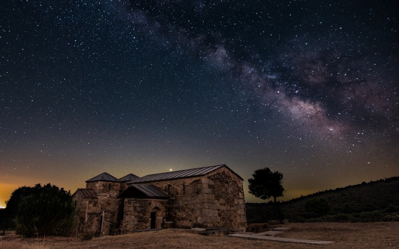 Santa Lucia del Trampal sous un ciel étoilé