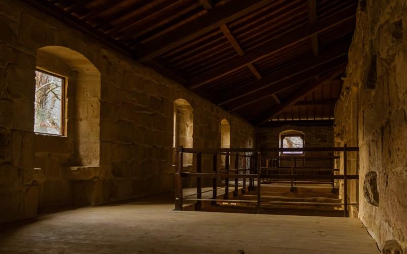 Intérieur, dans la semi-obscurité, du monastère de Ribas de Sil