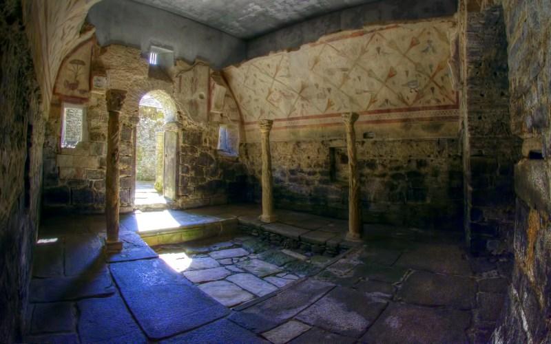 Peintures, colonnes et piscine de Santa Eulalia de Bóveda