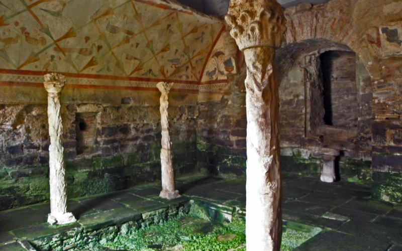 Peintures, abside, colonnes et piscine de Santa Eulalia de Bóveda