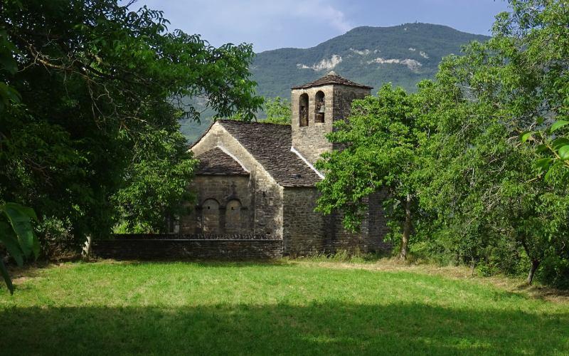 L'église romane de Santa Eulalia, avec la tour au premier plan