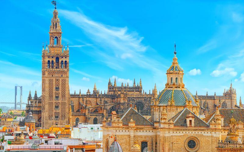 La cathédrale et la Giralda dans la ville de Séville