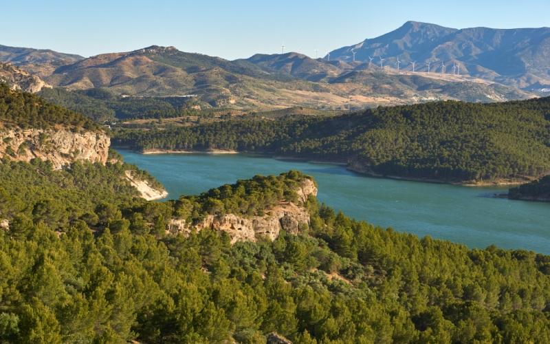 Barrage de Guadalteba. Sous ses eaux se trouve Peñarrubia
