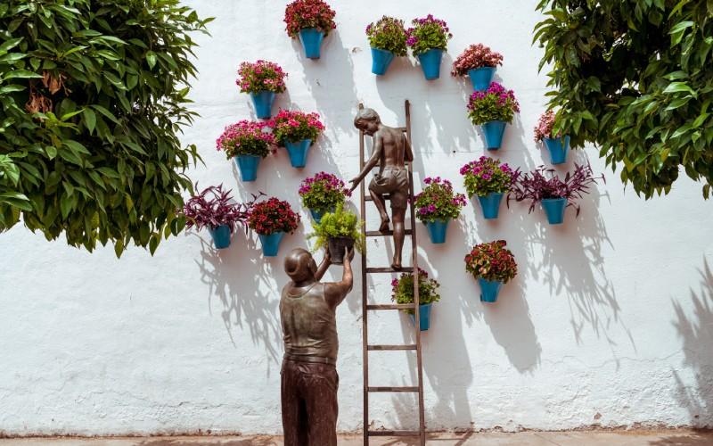 Sculpture en bronze commémorant le célèbre festival des Patio