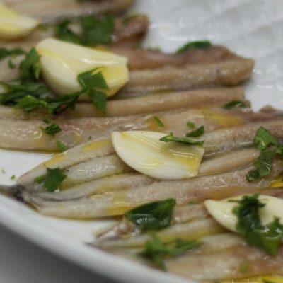 Boquerones en vinagre, la célèbre tapa d'anchois marinés au vinaigre