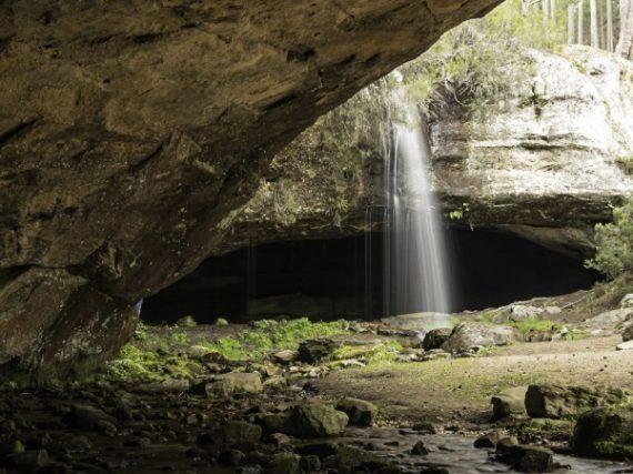 La chute d'eau de la grotte Serena : un trésor de Soria à côté de la ville enchantée de Castroviejo