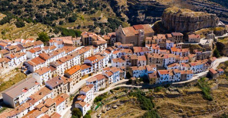 """Ares del Maestrat, la ville du Maestrazgo qui est gardée par une """"molaire"""""""