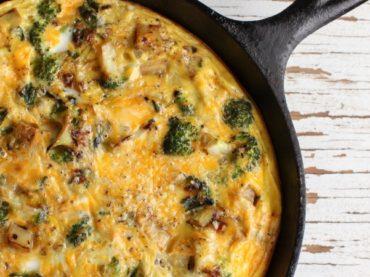 Omelette espagnole avec poitrine, brocoli et épinards : saine mais pas trop
