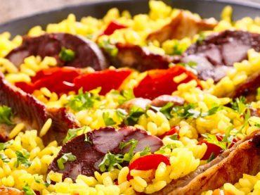 Paella de côtes de porc aux légumes verts