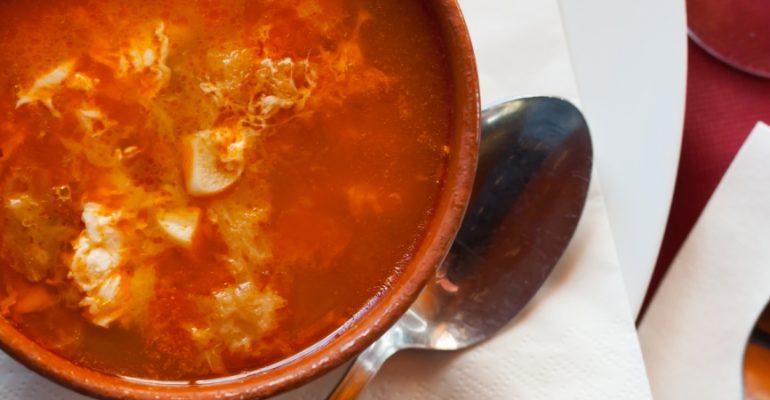 Soupe à l'ail ou soupe castillane, un plat humble mais délicieux