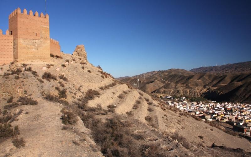L'Alcazaba et le village blanc de Tabernas au fond