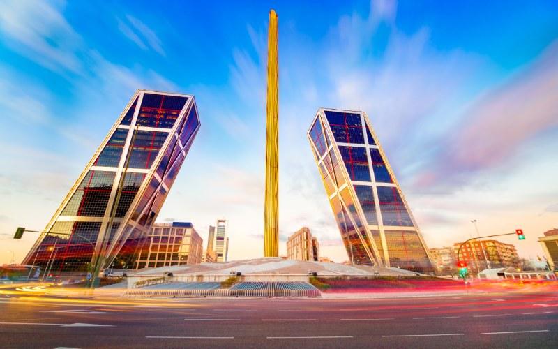 Les tours KIO sont présentées comme une porte futuriste