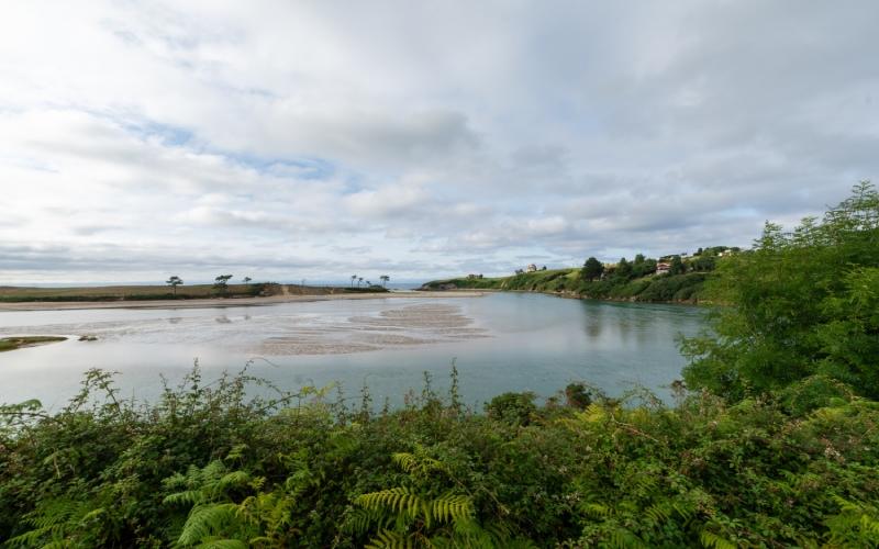 Vues de l'estuaire de la rivière Rabia dans le parc naturel d'Oyambre