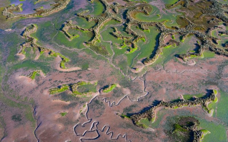 Vue aérienne de la rivière Escudo et du marais Rubín dans le parc naturel d'Oyambre