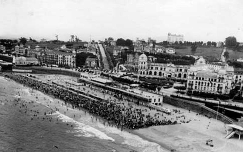 Foto Antigua de la Primera playa del Sardinero con el Casino y el Hotel Real en Santander